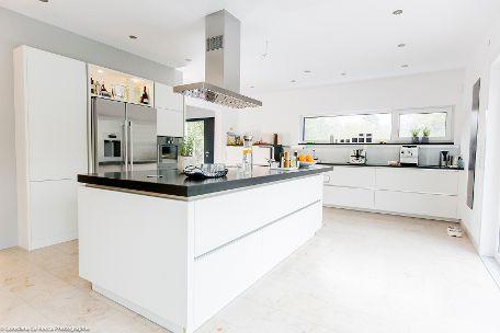 Elegante Küche mit schwarzen Naturstein-Arbeitsplatten