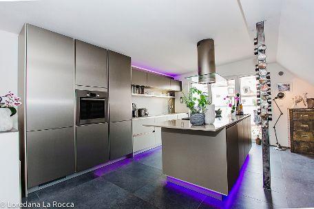 Extravagante Küche mit LED-Leisten