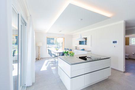 Freistehende Kücheninsel in schlichtem Weiß