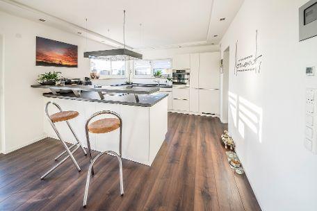 Küche mit integriertem Tresen