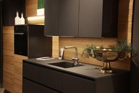 dunkle Küche kombiniert mit natürlichen Materialien